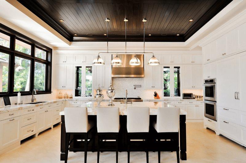 Интерьер кухни с черным потолком в частном доме