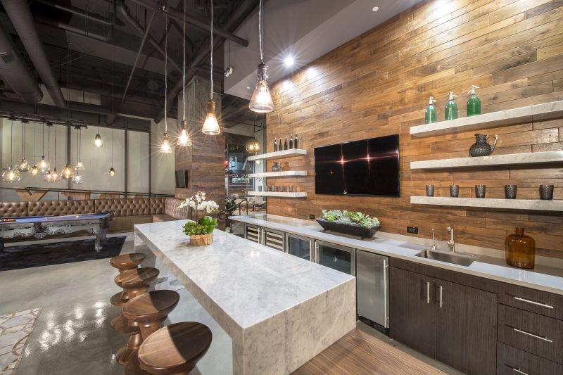 Мраморные полки на стене кухни с деревянной отделкой
