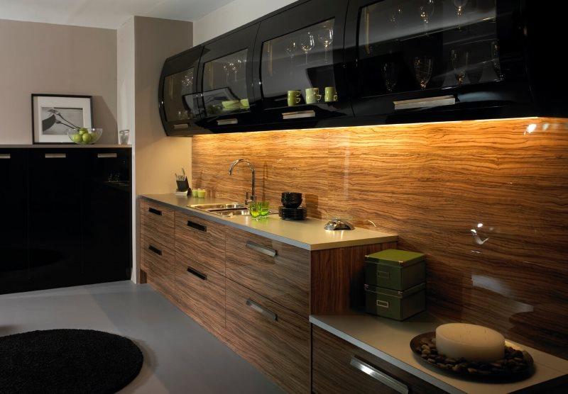 Сочетание черного цвета с древесным оттенком в интерьере кухни