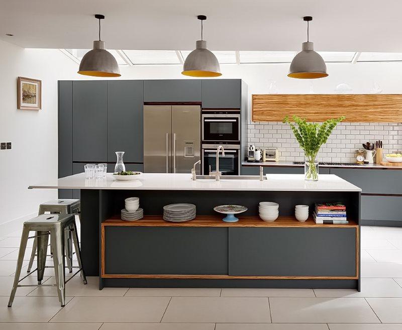 Сочетание серого цвета с деревянными поверхностями в кухне
