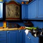 Деревянная синяя кухня с деревянной столешницей