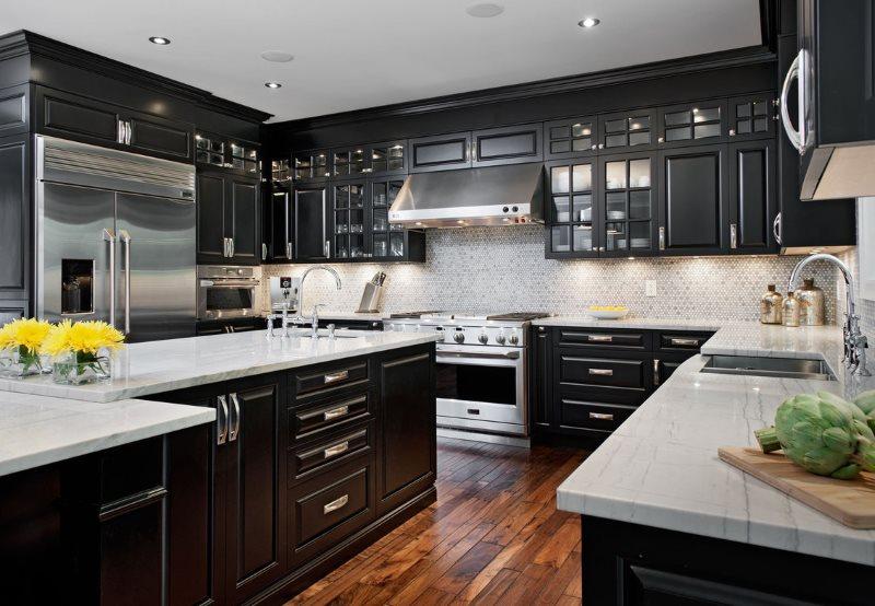 Черный гарнитур на деревянном полу кухни
