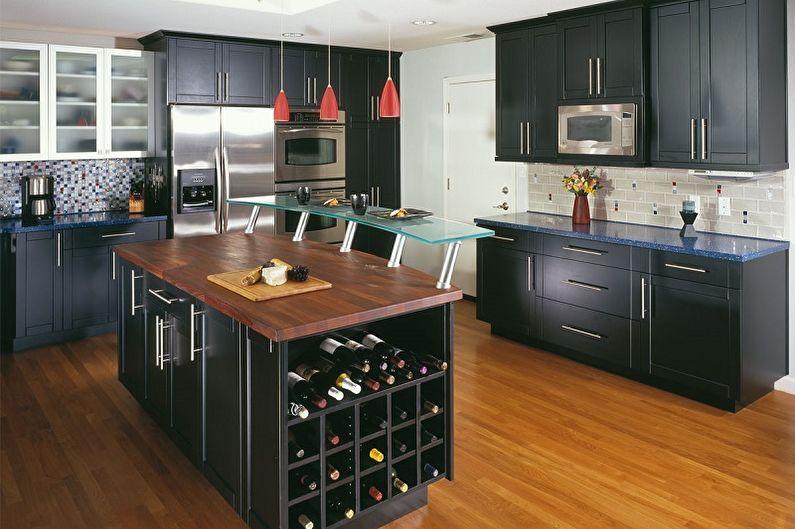 Черная мебель на деревянном полу кухни