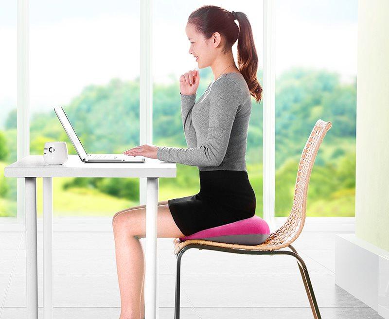 Удобная посадка девушке на стуле с ортопедической подушкой
