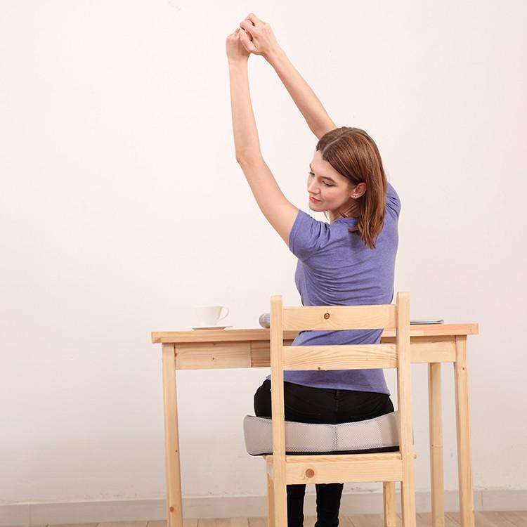 Ортопедическая подушка на деревянном стуле