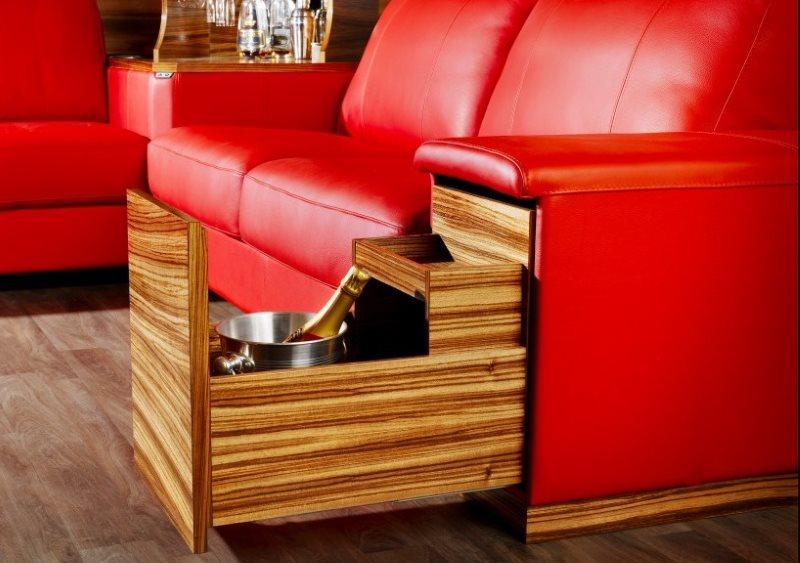 Выдвижной бар для напитков в подлокотнике кухонного дивана