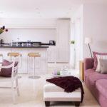 Кухня-гостиная с диваном в белом цвете