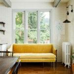 Радиатор отопления рядом с диваном