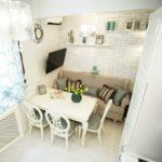 Открытые полки на кухонным диваном