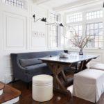 интерьер белой кухни с прямым диваном