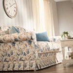Прямой диван с пестрым чехлом