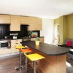 Барная стойка посередине кухни в квартире