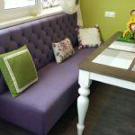 Компактный диванчик с фиолетовой обивкой