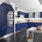 Бежево-синяя кухня с глянцевыми фасадами