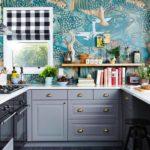 Дизайн маленькой кухни с необычной расписной стеной
