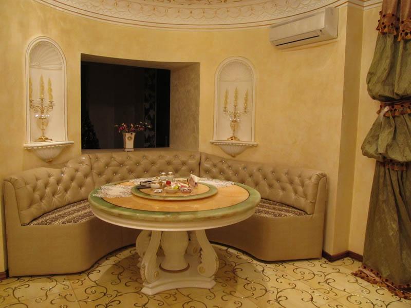 Круглый кухонный уголок с деревянным столом