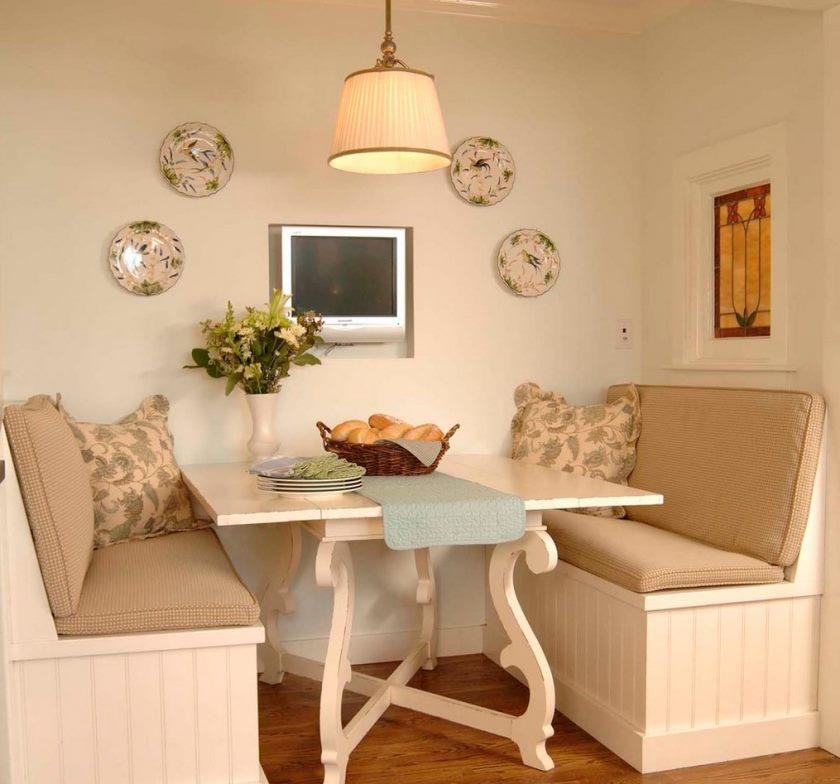 Два небольших диванчика по сторонам кухонного стола