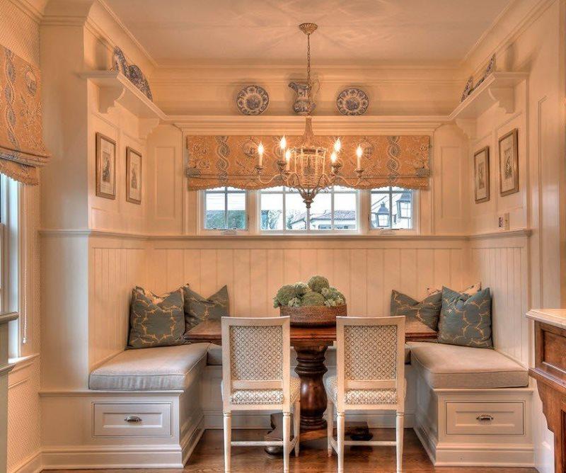Удобная зона для обедов с мягким диванчиком п-образной формы