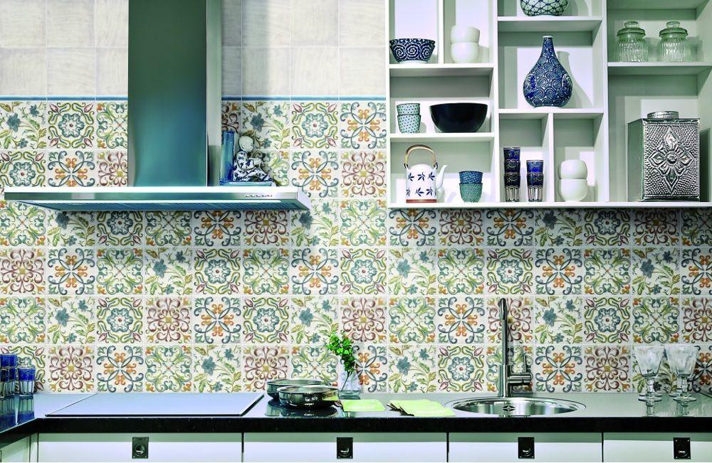 Декорирование кухонного фартука плиткой в стиле майолика