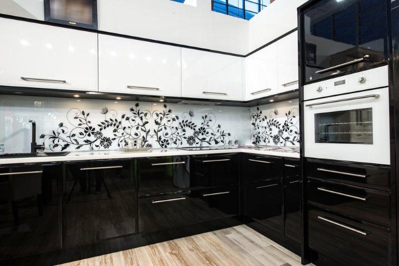 Растительный рисунок черного цвета на белом кухонном фартуке