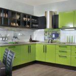 Черно-зеленая кухня угловой планировки