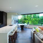 Большая кухня с панорамными окнами