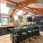 Деревянные конструкции на потолке кухни
