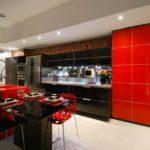 Черно-красная мебель в интерьере кухни