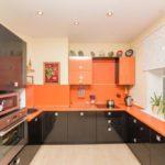 П-образная кухня с черной мебелью