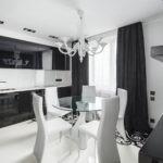 белые стулья за кухонным столом