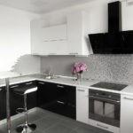 Черная вытяжка в белой кухне