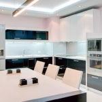 Белоснежная кухня с черными тумбами