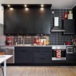 Черные шкафы до потолка кухни