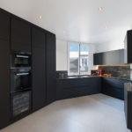 Дизайн кухни с маленьким окном