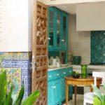 деревянная дверь в кухню средиземноморского стиля