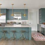 Светлый коврик на полу кухни