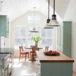Подвесные светильники на кухне в сельском доме