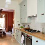 Однорядная кухня со шкафами до потолка