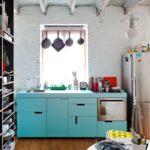 Интерьер кухни с открытыми шкафами