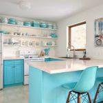 Голубая посуда на белых полках