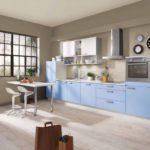Серо-голубая кухня в загородном доме