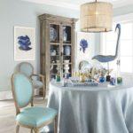 Мягкий стул с голубой обивкой