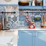 Красивый кухонный фартук из плитки в стиле майолика