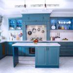 Светлый паркет на кухне с синим гарнитуром