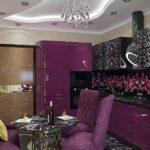 Темно-фиолетовая мебель в небольшой кухне
