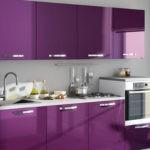 Кухонная мебель с фиолетовыми фасадами