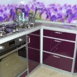 Сиреневые цветы на кухонном фартуке