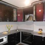 Желтые тюльпаны на кухонной столешнице