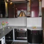 Мебель на кухне с выступом в стене