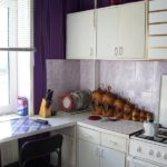 Кухонный стол вместо подоконника в городской квартире
